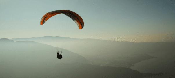 El paracaidismo y la venta de empresas: cosas en común